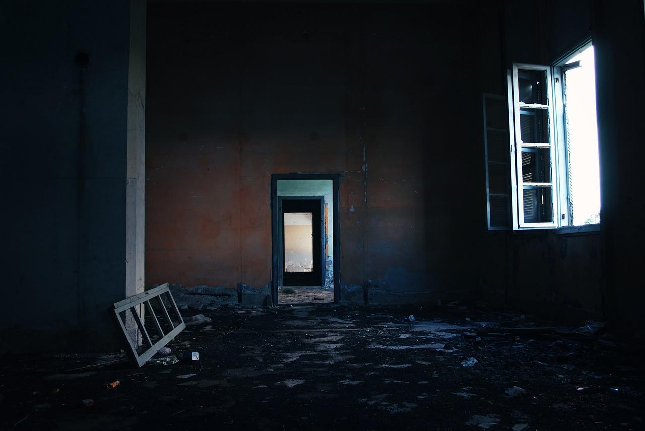 新宿二丁目の廃墟ビルで!霊に引っ張られた恐怖の体験