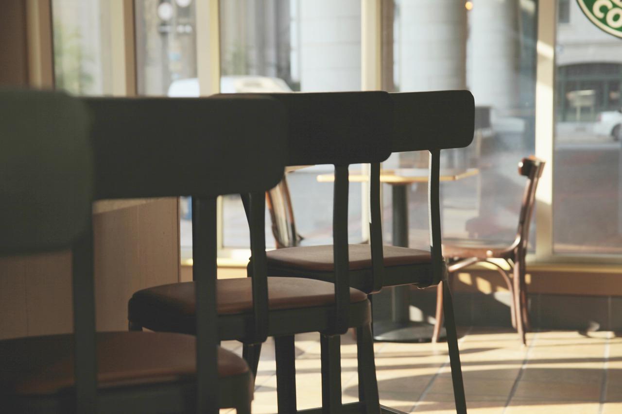 亡くなったオーナーのレストランに集まる招かれざる客達